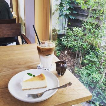窓辺から豊かな緑をながめながらいただく自家製ケーキは絶品。カフェオリジナルブレンドのコーヒーと共に楽しみたいですね。