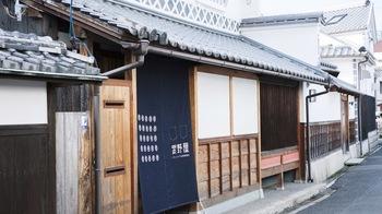 倉敷美観地区からすぐの路地裏にある日本家屋で「お蕎麦×トラットリア」を掲げる武野屋。倉敷の美しい町並みに佇む、趣ある上質な店内では、香り高い本格手打ち蕎麦はもちろんのこと、ディナータイムにはイタリアンとの創作料理を楽しむことができます。