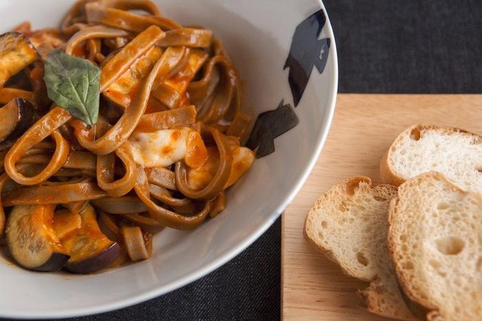 蕎麦をパスタ風にアレンジした創作料理は、ヘルシーさと目新しさから女性に人気。ランチセットにはサラダ・バケットが付きます。バターオイルと共にトラットリアスタイルの新しいお蕎麦をいただけます。
