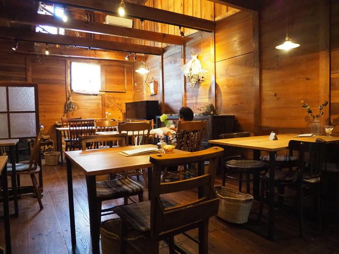 岡山県赤磐市の古い蔵を改装した趣あるカフェ。天井が高く落ち着いたムードの店内で味わう手作りのお菓子類と素朴な味のランチが人気です。ついつい長居したくなる心地よい空間で、日々の喧騒から離れてゆったりとした時間を味わいたいですね。