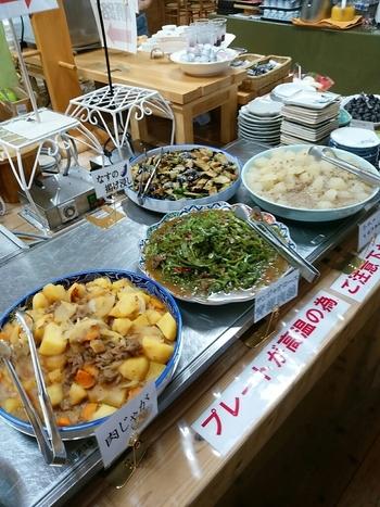 併設されているバイキングレストランのお料理は、すべて直売所の新鮮な野菜を使って作られています。旬の野菜や果物を使用し手作りしているため、料理やデザートの内容は、日によって異なるそうです。