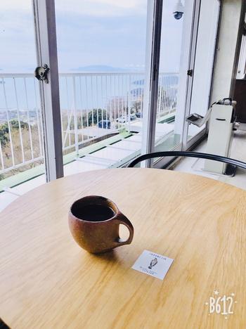 コーヒー豆の種類・産地をオーナー自ら厳選し、店内で焙煎しているこだわりの味。青く輝く瀬戸内海をながめながら薫り高いコーヒーを飲んでいると、日ごろの悩みも吹き飛びそうです。
