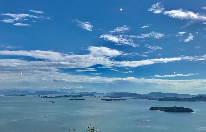 お天気の良い日にはこんな素晴らしい絶景が見られます。おいしいコーヒーやパンを味わいながら眺める瀬戸内海の景色は、わざわざ足を伸ばして訪れたくなる美しさです。