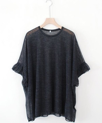 手作業から生まれるリラックス感、その人自身が自然体でいられるような服を展開している「GASA*(ガサ)」。こちらは、ワイドシルエットの透け感が美しい、ラミー素材を使用した半袖プルオーバーです。