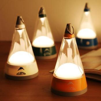 山を思わせる三角型の「マウンテンライト」は、卓上・プッシュ式・懐中電灯など、シーンに合わせて形を多彩に変えて使える7WAY仕様。火を使わないのLED照明なので、小さなお子さんがいても安心です。