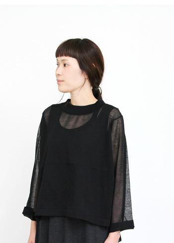 後ろの着丈がやや長く、ゆったりした身幅ですが軽やかでとても女性らしい雰囲気。ワンピースやインナーと重ねて涼しげなスタイルを作ってくれます。