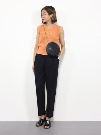 オレンジは健康的に見せてくれる、ビタミンカラー。夏にぴったりのノースリーブコーデに使いたい色です。黒とあわせれば大人っぽく、デニムなどカジュアルアイテムとあわせれば元気な着こなしに。意外に着まわしのできる色ですよ♪
