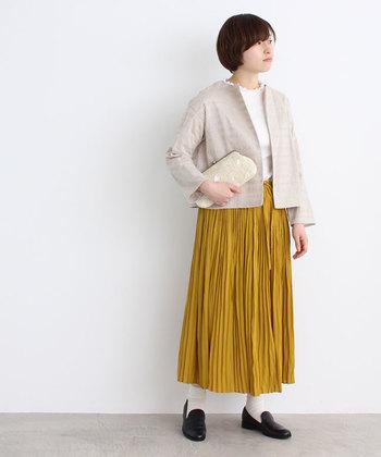 刺繍ジャケットはナチュラルで可愛らしい雰囲気のコーデを作ることができます。ホワイトなら夏でも使える涼しげなコーデに。