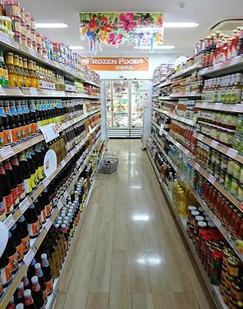 代表的なのは、アジア食材店や輸入食材店。写真は、東新宿にある「アジアスーパーストア」。タイ料理に使う調味料や食材が豊富なお店ですが、タピオカの品揃えも充実していておすすめです。 また、最近では、他にも成城石井やカルディなどでも乾燥タピオカをよく見かけます。意外に普通のスーパーに置いていることもあるので、要チェック。探すときは中華食材コーナーやアジア食材コーナーを見てみるといいですよ。