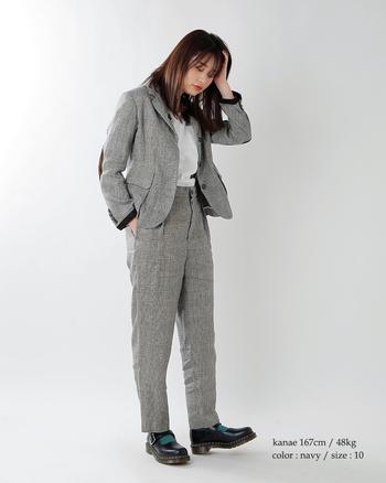 麻素材独特の風合いが、オーソドックスなスーツに趣きを加えています。涼しさとおしゃれさを兼ね備えた麻素材は夏ジャケットにぴったりです。