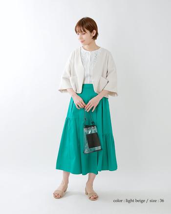 ゆったりとした袖口が特徴的なジャケットならフォーマル感と涼しさを両立できます。 鮮やかなスカートの色が海のようで夏らしいですね。