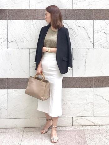 黒ジャケット×白タイトスカートの王道コーデも、ベージュを取り入れることで洗練された印象になります。