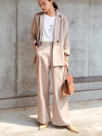 てろんと落ち感のある素材と柔らかいトーンが女性らしいコーデ。センタープレスパンツなら少しゆるめのシルエットでもきちんとして見えます。