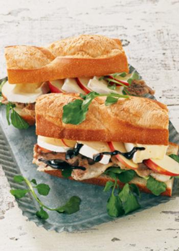 ブリーチーズ、豚肉、りんご、クレソンがたっぷり詰まった贅沢サンド!バルサミコ酢が効いた、ちょっぴり大人のサンドを召し上がれ。