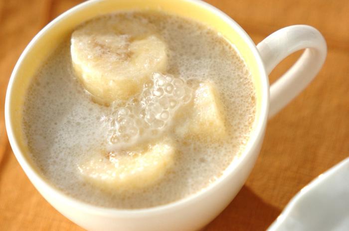 ほっこり甘い気分にさせてくれる温かいタピオカ入りココナッツミルク。バナナの素朴な甘さが引き立ちます。暑い季節は冷たいものばかりに偏りがちですが、時にはあったかい飲み物で体をほぐしてみてはいかがでしょうか?