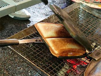 BAWLOO(バウルー)の「サンドイッチトースター」は、直火タイプなので、食パンに具材を挟んだらバーベキューコンロやガスバーナーの上で炙るだけ。