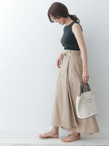 ニット素材ならやさしい印象で女性らしく着こなせます。アースカラーでまとめた着こなしは、どこか上品で大人向けのコーデ。