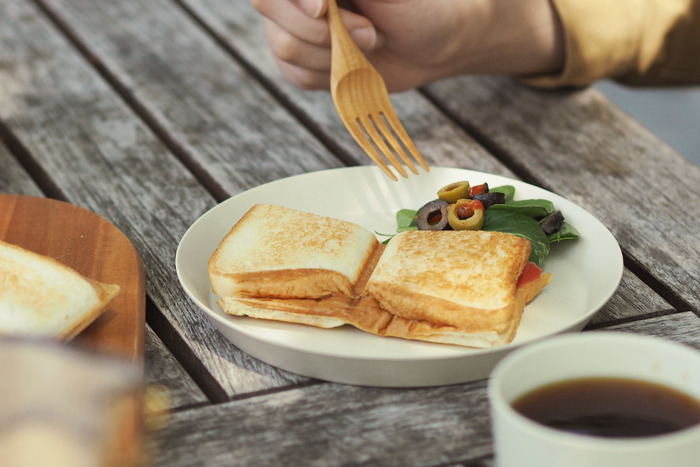チーズやハム、ウィンナー、野菜など、具材は何でもOK。ダブルは、仕切りがあるので2種類の味を楽しむのもおすすめです。キャンプの朝食にいかがでしょうか?