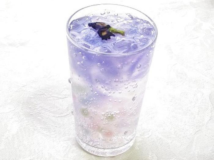ハーブティーと炭酸水で清涼感溢れるタピオカドリンクはいかが?カラーミックスのタピオカを使って、美しく仕上げるのがポイントです。