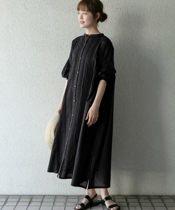 夏に重たく見えがちの黒も、爽やかに着こなせます。ワンピースとしてはもちろん、前開きでガウンのように羽織るのもおしゃれです。
