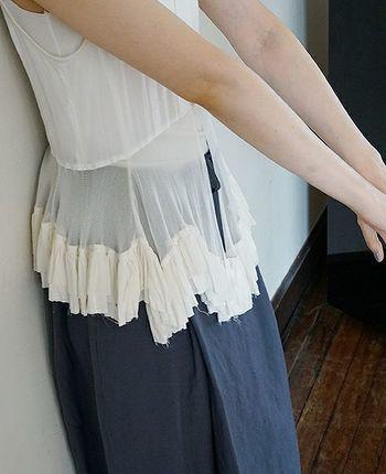 動くたびに裾が軽やかになびき、ロングワンピースや半袖トップスの上からさらっと羽織るだけで、清涼感をプラスしてくれます。