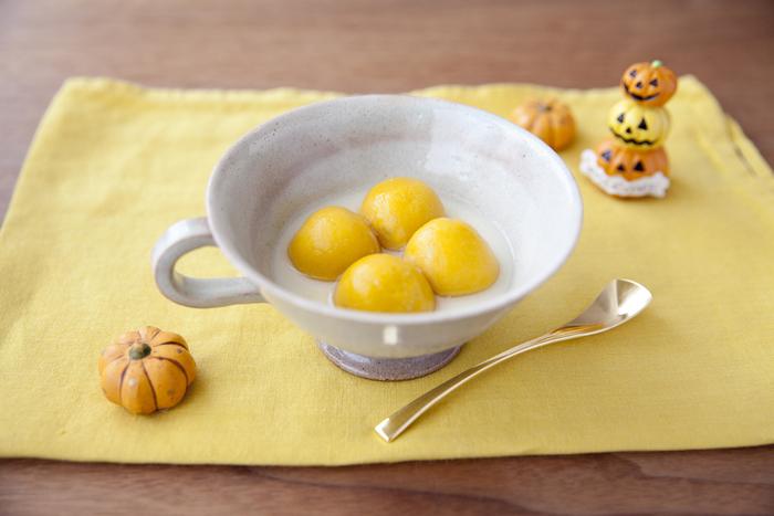 かぼちゃと絹ごし豆腐を練り込んだヘルシーな白玉は、オレンジ色がとっても綺麗。カルピスと豆乳で作ったシロップをかけて、冷たく冷やして頂きましょう。