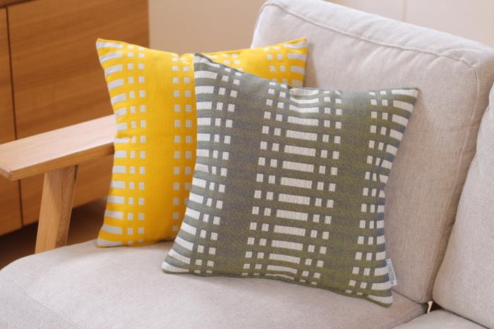 ヨハンナ・グリクセンはフィンランドを代表するテキスタイルブランドで、ファッションアイテムやインテリアアイテムなどを幅広く展開しています。製品にはすべて100%コットンの天然素材を使用しており、幾何学模様の特徴的なパターンはフィンランドの伝統的な手法で織られています。温かみがあるアースカラーと独特のパターンは、ヨーロッパだけでなく日本でも高い評価を得ています。