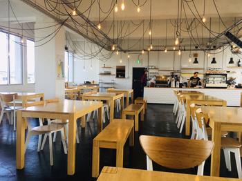 2階のカフェでは、無機質な印象のおしゃれ空間でピザやトーストセット、ドリンク類を楽しむことができます。