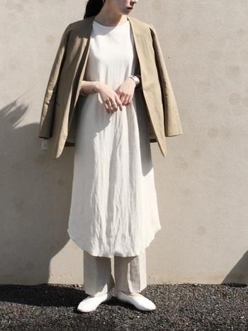 クリーンな白ワンピには、麻のジャケットでナチュラル感を足すのがおすすめです。ベージュなら、コーデの柔らかさを崩しません。