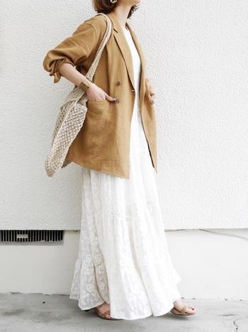 カジュアルになりがちなマキシワンピも、テーラードジャケットを羽織ることできちんと感を出すことができます。