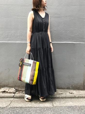 シャーリング加工がナチュラルなティアードワンピには、ほどよいナチュラル感と都会的な印象を兼ね備えたメルカドバッグがぴったり。ワンピースのリラックス感に合わせた抜け感のあるコーデに仕上がっています。