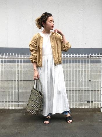 シックなカラーのサイザルバッグは、都会派ナチュラルコーデにもマッチします。街歩きには軽くて丈夫なサイザルバッグをおともにして。