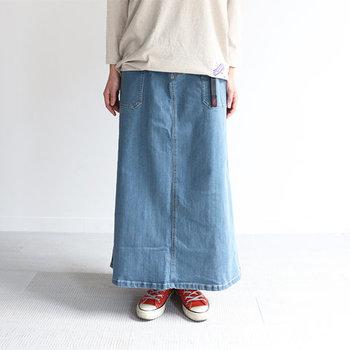 裾に向かってストンと綺麗なAラインを描くシンプルなスカート。使い勝手が良く、ワードローブの頼れる味方となってくれそう。生地はストレッチデニムを使用しているので、動きやすいのもうれしい。カラーは、ミディアムユーズド、ダークユーズド、ワンウォッシの3種類から選べます。