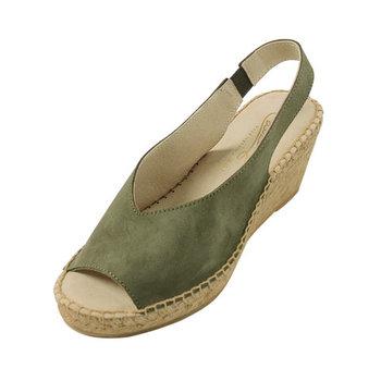 夏の靴にはNGかも?なんて心配になるスウェードですが、エスパドリーユなら涼し気な上に今年らしいトレンド感も。バックストラップ付で、歩きやすいところも◎。