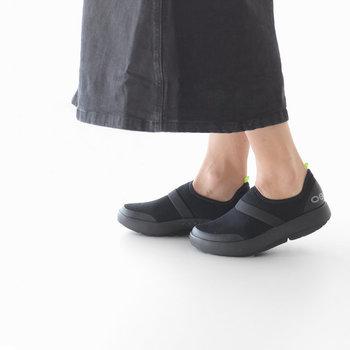 メッシュ素材のスニーカーも、通気性が良くて夏の足元にぴったり。ちょっぴり個性的な見た目も魅力的ですね。