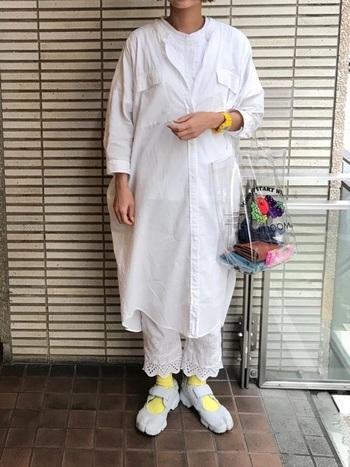 こちらも靴下をポイントにしたコーデ。個性的な形のスニーカーから、レモンイエローのソックスをチラ見せして、全体のアクセントに。
