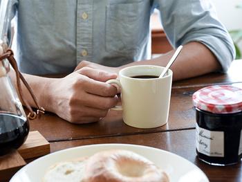 どんなシーンやテーブルにも合わせやすい白い無地のマグカップ。爽やかな朝の一杯にもぴったりです。