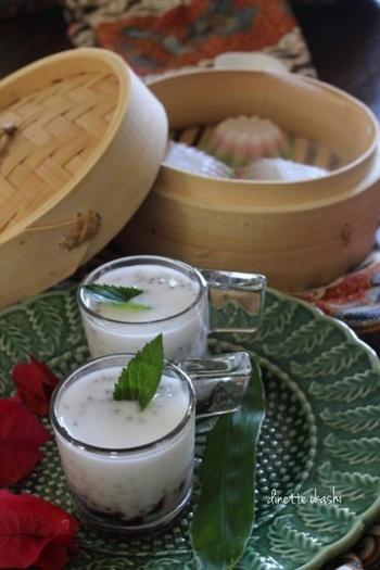 青々とした南国の植物が似合うアジアンスイーツ。涼しげなグラスに甘いタピオカミルクを添えて。お家でほっと一息、台湾カフェタイムを過ごしませんか?
