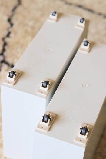 デッドスペースを有効活用するには、ダイソーの突っ張り棒と専用棚で、即席棚を作ってしまいましょう。出し入れのしにくい収納ボックスには、ダイソーの粘着テープ式キャスターを貼り付ければOKです。