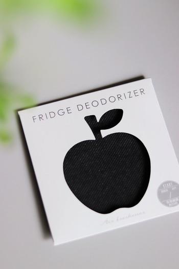 冷蔵庫内の嫌なニオイ対策に、こんな可愛い消臭シートはいかがでしょう。こちらはキャンドゥのもの。引っ掛けるタイプで、場所を取りません。