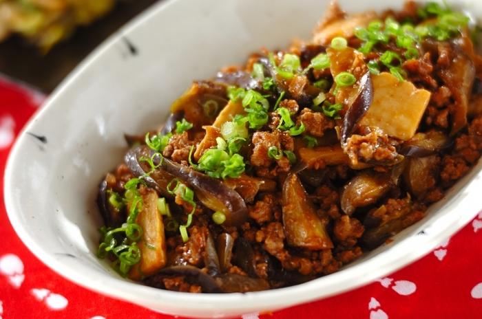 茄子とひき肉の組み合わせレシピと言えば、基本はやっぱり「味噌炒め」。ひき肉のジューシーさが茄子にも染み込んだ、コクのあるおかずです。白いご飯のお供にもぴったり◎