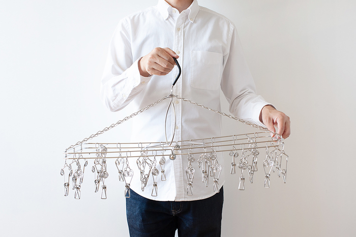 先程ご紹介したハンガー同様、こちらのハンガーもステンレス製。ピンチは、指でつまむ部分が渦巻き状になっていて、力をかけやすく、指にかかる負担が少なくてすむように設計されています。さらに、洗濯物をはさむ部分は、しっかり固定しながらも跡が残りにくいのが嬉しいポイント!