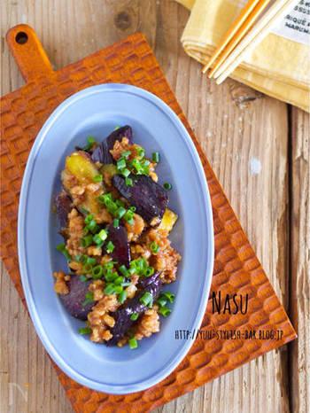 茄子とひき肉の味噌炒めに、オイスターソースを加えて味に変化球。ご飯にのせたり、そのままお酒のおつまみにもあいますよ。