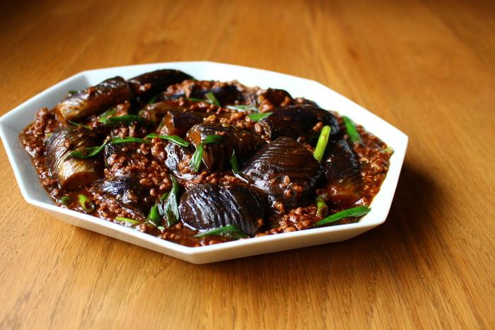 茄子とひき肉の組み合わせレシピ、定番の「麻婆茄子」をお忘れではありませんか?ピリリと辛い麻婆茄子は、暑い夏でもお箸が進みやすそうです。