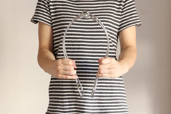 こちらは、あまりお見掛けしないオールステンレス製の「布団バサミ」。シンプルなデザインは、見た目もスタイリッシュな雰囲気で、なんだかお洒落。ベランダで布団を干すのが楽しみになりそうです。