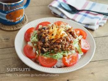 茄子とひき肉を使ったミートソースをご飯にのせて、さらに上からチーズをかけてタコライス風に。ワンボウルでボリュームのある一品で、休日のお昼ご飯や、忙しい日の夕飯にもオススメのレシピです。トマトをたっぷり添えて、バランスも◎。