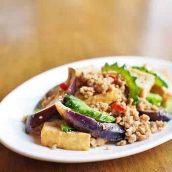 こちらのレシピでは、茄子とひき肉にゴーヤや厚揚げを合わせて麻婆茄子風にアレンジされています。香りがよく食べ応えのあるゴーヤと茄子の組み合わせは、暑い夏でもお箸が進みやすそうですね♪