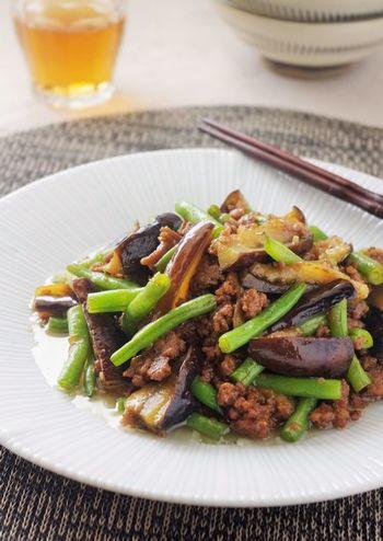 こちらは、茄子とひき肉にいんげんを加えて炒めたレシピです。いんげんの緑色が彩りをプラスし、見た目にも美味しそうです。いんげんそのままではちょっと苦手、という方でも食べやすい組み合わせですね♪