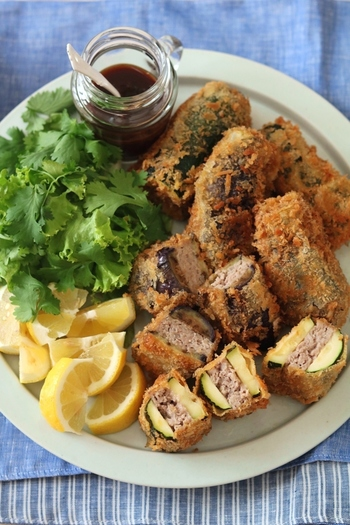 茄子とズッキーニでひき肉を挟んでからりと揚げると、ボリューム満点のおかずに。野菜をたっぷりと食べられて、揚げ物でもヘルシーに。
