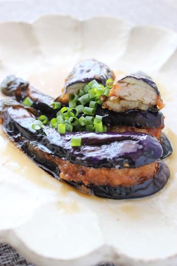 こちらは、茄子で鶏ひき肉を挟んで揚げ浸しにしたレシピです。鶏ひき肉を挟んでいて、ボリューム感もばっちり。ジューシーな揚げ茄子をお出汁に浸して、味が染み込む美味しい一品に。